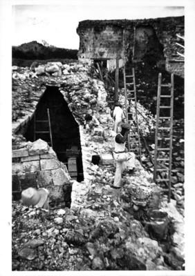 Hombres realizan reconstrucción en un edificio maya