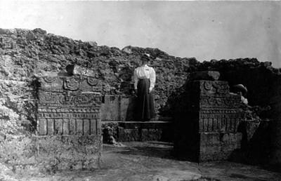 """Mujeres posan junto a """"Ruinas del Tepozteco"""""""