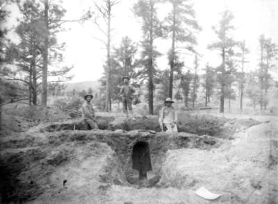 Hombres posan para retrato durante excavación en el valle de las cuevas