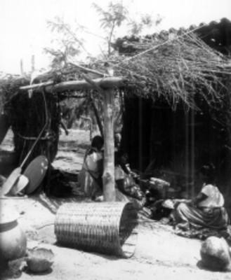 Mujeres cocinan en el patio de su vivienda