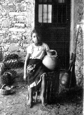 Niña con jarra sentada en un huacal, retrato