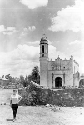 Mujer frente a iglesia, retrato