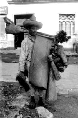 Hombre vende artículos de palma en la calle