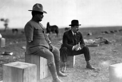 Obregón y el general Pérez Treviño conversan en el campamento
