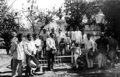 Campesinos junto al monumento a Matamoros, retrato