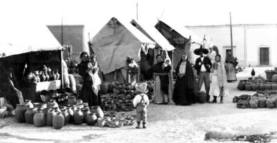 Familia indígena comerciante de vasijas en cerámica