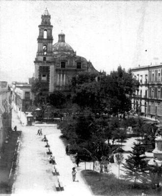 Jardín e iglesia, panorámica
