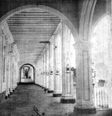 Convento, arcada y pasillo