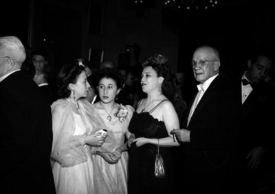 Eduardo Hay con su esposa y otras mujeres en un salón durante un evento social
