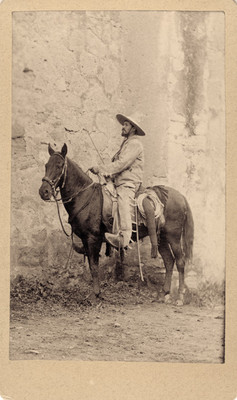 Charro a caballo junto a un muro de piedra, tarjeta de visita