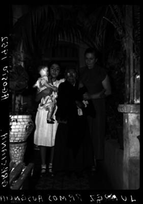Ausencia Graciana Juárez Ramos, nieta de Benito Juárez, con familiares en el patio de su casa, retrato de familia