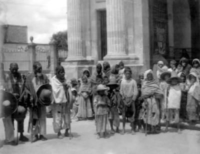 Grupo de indígenas en el atrio de la iglesia de Celaya