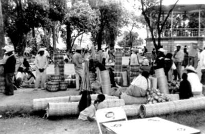Artesanos venden sus mercancías hechas de palma en la feria de Cholula