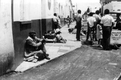 Vista de una calle transitada por vendedores ambulantes y personas