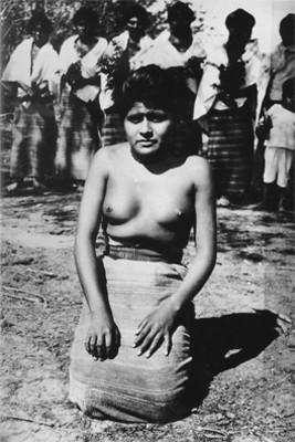 Mujer hincada con indumentaria indígena