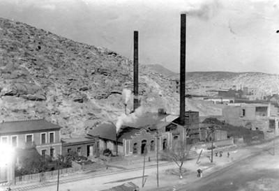 Vista de una fábrica a un costado de un cerro