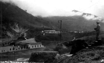 Vista parcial de la escuela y pueblo de Necaxa