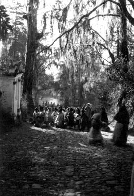 Feligreses realizan una ceremonia frente a una ermita