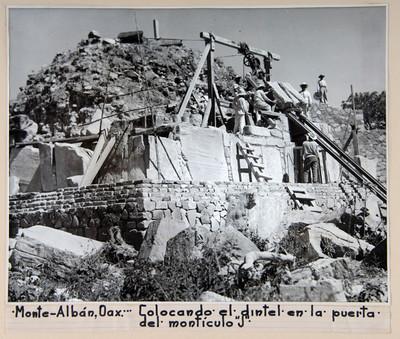 Vista de los trabajos de consolidación en la puerta del montículo J