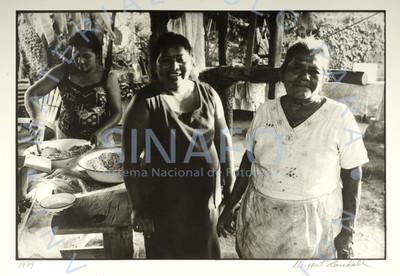 Grupo de mujeres preparan alimentos en cocina rústica