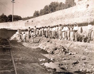 Trabajadores en el proceso de desazolve del Río de las Avenidas, retrato de grupo