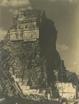 Fachada posterior del Templo de los Tigres o Jaguares antes de iniciarse los trabajos de reposición del revistimiento de piedra