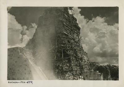 Vista de la parte superior del Templo de los Tigres durante su reconstrucción
