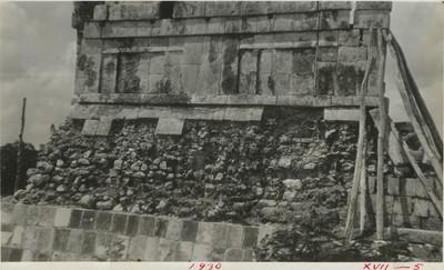 Detalle de uno de los basamentos en la parte superior del Templo de los Tigres