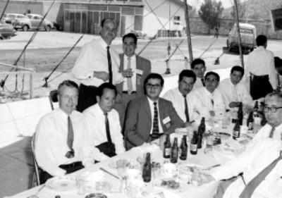 Empresarios durante un banquete de la General Electric bajo un enlonado