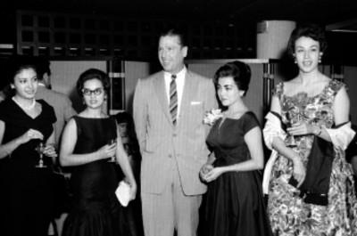 Empresarios de Eagle Pencil Co. de México con mujeres en un evento social en el hotel Colón, retrato de grupo