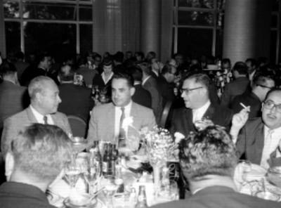 Empresarios de Eagle Pencil Co. de México, en un banquete