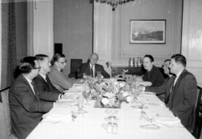 Bod Benjamin con miembros del comite Norteamericano en un banquete