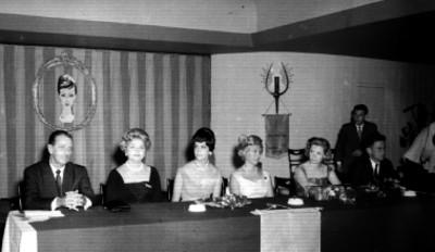 Hombres y mujeres en el aniversario del salón Dubarry en el Hotel Presidente