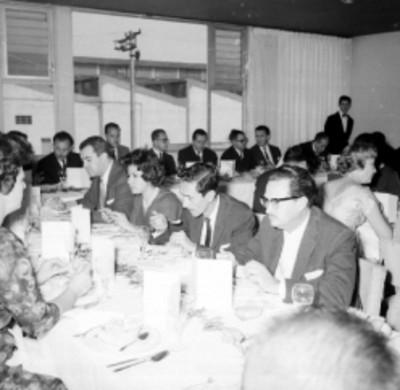 Empresarios y empleados conviviendo en el banquete de la planta Acer Méx
