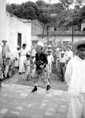 Indígena Totonaca danzando, fuera de la parroquia de Papantla