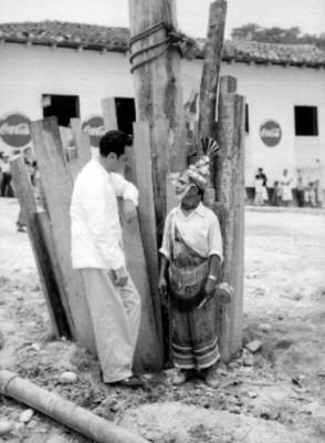 Hombre conversando con Totonaca miembro del ritual de los voladores