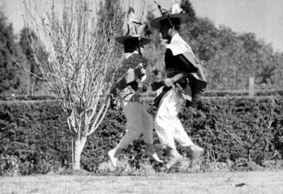 Huicholes danzando en un jardín