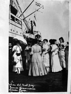 Damas veracruzanas ofrecen flores a Porfirio Díaz, durante su salida al exilio