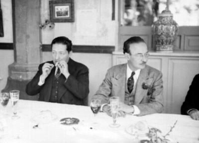 Alfonso Gómez Moretin, acompañado de otros políticos en un banquete