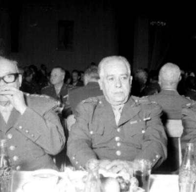 Tirso Hernández acompañado de otras militares en un banquete