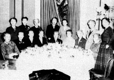 Mujeres de clase alta, durante un banquete en un salón, retrato