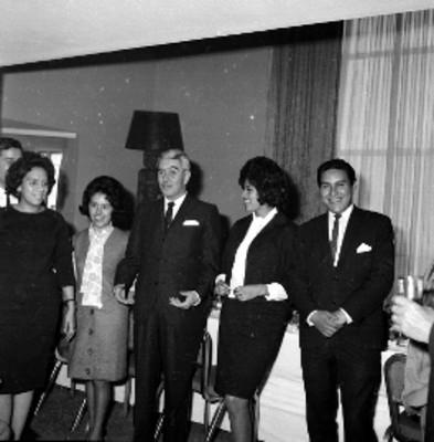 Salomón González Blanco conviviendo con periodistas en un salón