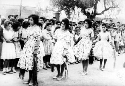 Mujeres formadas en desfile portan vestidos y zapatillas