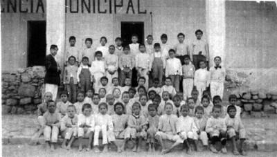 Niños con maestro posan para fotografía escolar, retrato de grupo