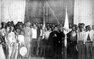 Personas reunidas en exterior del templo de San Andrés