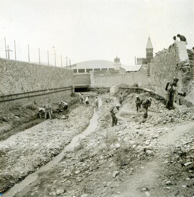 Albañiles retiran escombro para tirar la vía en el tramo del puente Benito Juárez al puente Purísima Chica