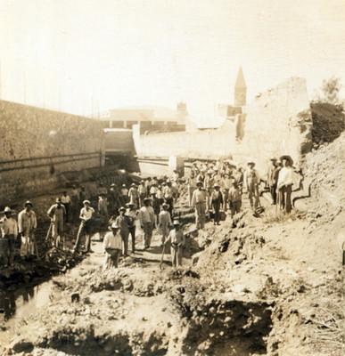 Trabajadores con herramientas durante las obras de desazolve del Río de las Avenidas