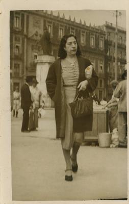 Mujer camina por el centro histórico, tarjeta postal