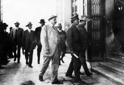 Álvaro Obregón, Eulalio Gutiérrez en la entrada del Teatro Morelos de Aguascalientes a su llegada a la convención