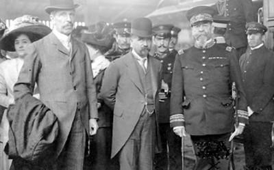 Francisco I. Madero acompañado de Pedro Lascuráin y el General Lauro Villar en una ceremonia pública